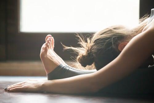 Yoga übendes Mädchen