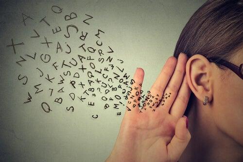 Achtsam zuhörende Frau
