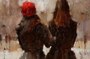 Angst vor Liebe - Zwei Frauen spazieren mit eingehakten Armen.