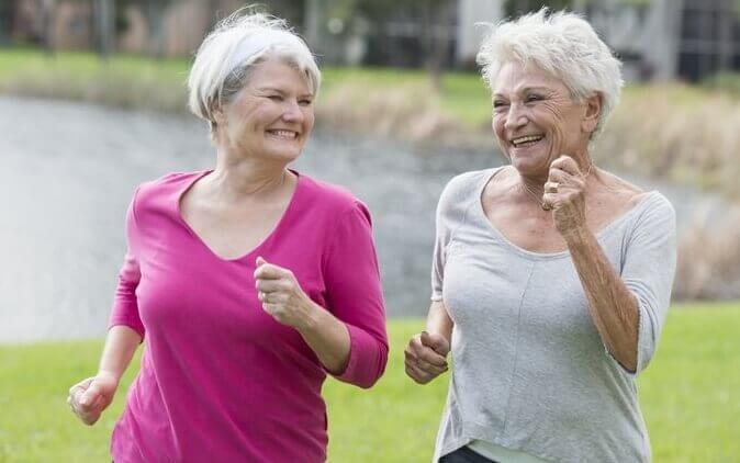 Zwei Frauen, die Sport betreiben