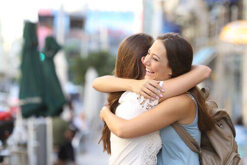 Zwei Freundinnen umarmen sich