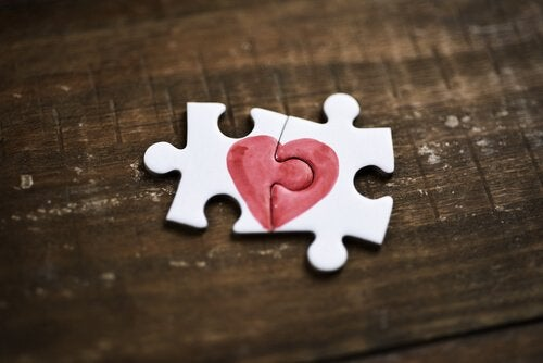 Zwei Puzzleteile, die zusammen ein Herz ergeben