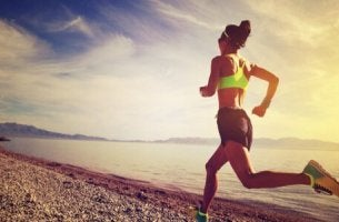 Die sportliche Leistung verbessern - Frau, die am Wasser joggt