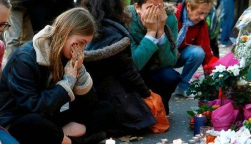 Konsequenz des Terrorismus - Menschen, die nach einem Anschlag den Opfern gedenken