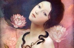 Erotomanie - Frau, die von Blumen umgeben ist und um deren Hals sich eine Schlange windet