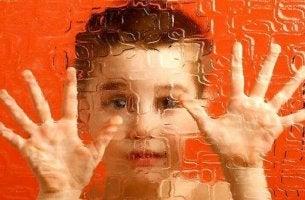 Schizophrenie bei Kindern - Kind hinter Glas