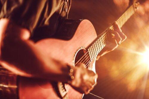 Mann, der auf einer Gitarre spielt