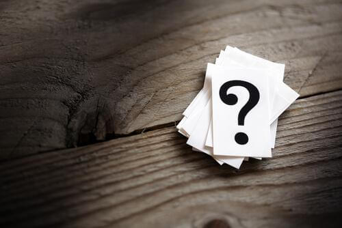Stapel an Zetteln mit Fragezeichen