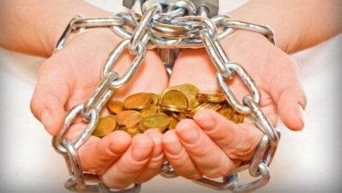 Angekettete Hände mit Geld