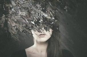 Stimmungsschwankungen - Gesicht einer Frau ist schwarz übermalt