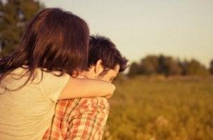 Freiheit in Beziehungen - Paar auf dem Land