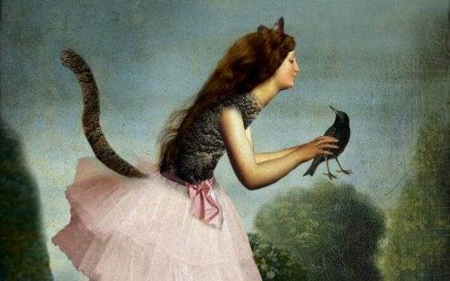 Katzenmensch, der einen Vogel in den Händen hält
