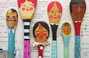 Familienfeier - Holzlöffel, die eine Familie darstellen