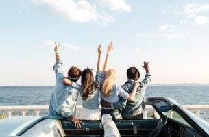 Merkmale eines guten Reisepartners - Vier Freunde sind gemeinsam unterwegs.