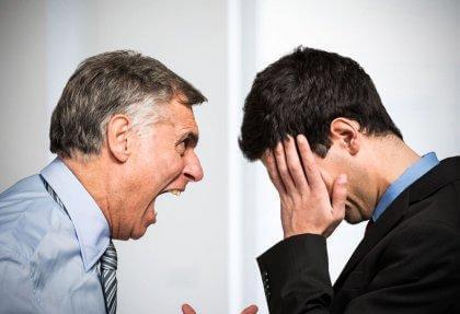 Vater schreit Sohn an