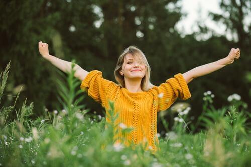 Zufriedene Frau in der Natur