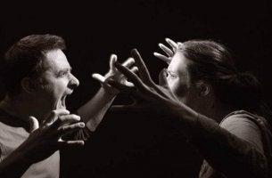 Hetero-aggressives Verhalten - sich streitendes Paar