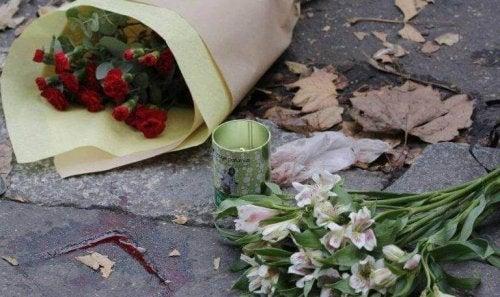 Blumen auf der Straße zum Gedenken an Opfer