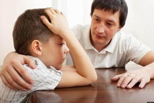Vater, der sich um seinen Sohn sorgt