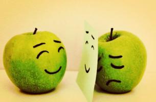 Hawthorne-Effekt - trauriger Apfel, der sich hinter einem fröhlichen Gesicht versteckt