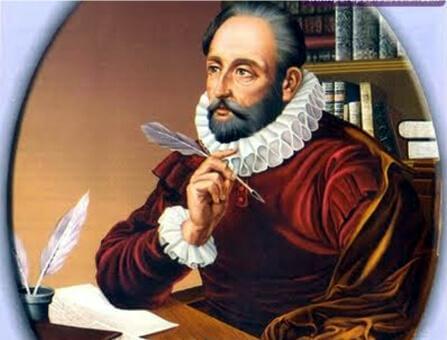 Cervantes sitzt vor seinem Schreibtisch und hält eine Feder in seiner rechten Hand.