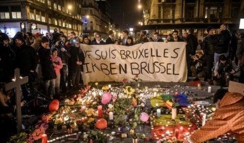 Menschen, die den Opfern des Terroranschlags in Brüssel gedenken