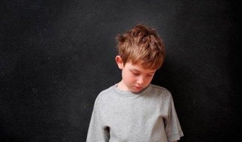 Häusliche Gewalt - trauriger Junge