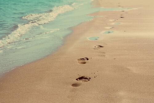 Fußabdrücke am Sandstrand