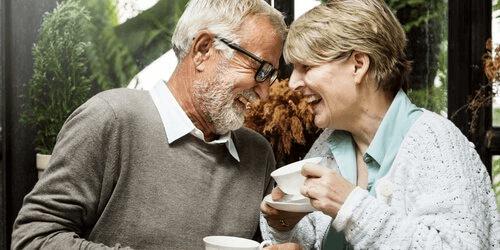 Psychisches Wohlbefinden älterer Menschen - älteres Paar, das Kaffee trinkt
