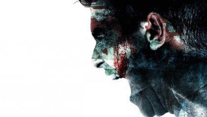 Aggressiver Mann mit Blut im Gesicht