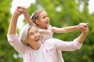 Eine Oma spielt mit Ihrer Enkeltochter im Grünen