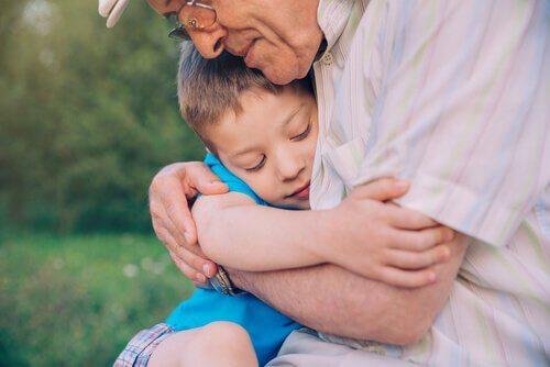 Großvater umarmt seinen Enkel liebevoll