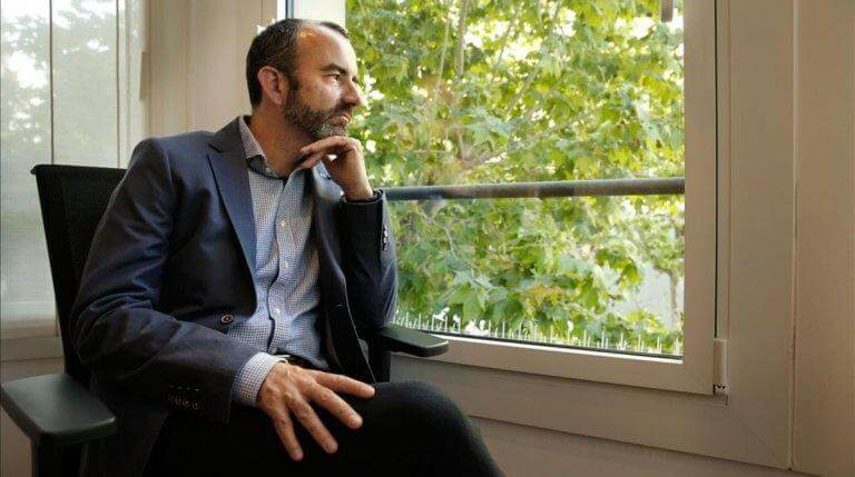 Angst vor Freizeit: Rafael Santandreu schaut aus dem Fenster.