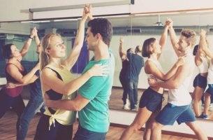Sport für das Gehirn - tanzende Menschen