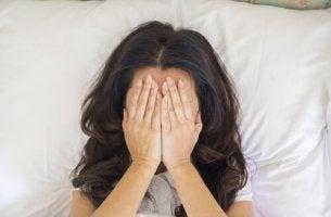 Wieso bekomme ich keinen Orgasmus? - Frau kann nicht zum Orgasmus kommen und schlägt die Hände vor ihr Gesicht