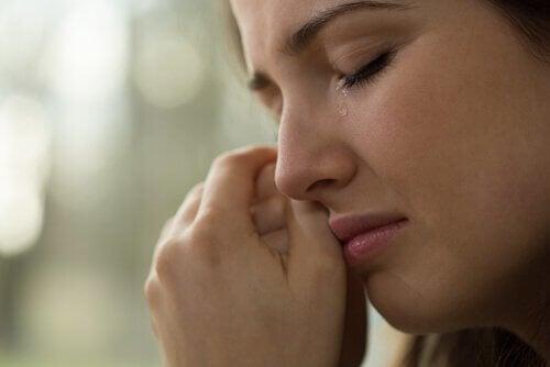Eine Frau wischt sich Tränen aus dem Gesicht
