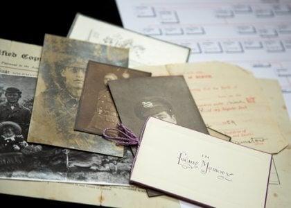 Historische Fotos und Dokumente zum Erstellen eines Familienstammbaums.