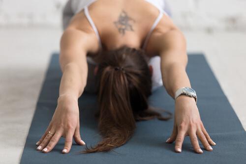 Frau auf einer Yogamatte