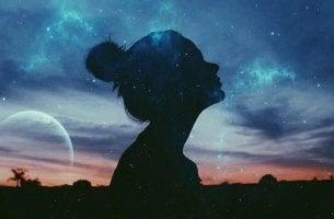 Natürlichkeit - Silhouette einer Frau gegen den Himmel