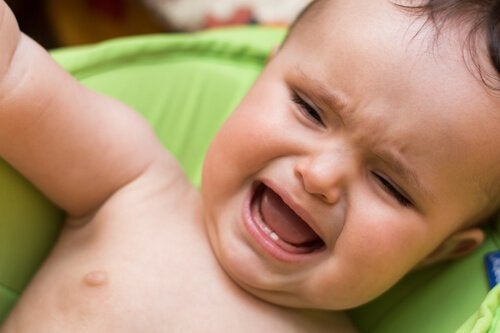 Ein Baby weint