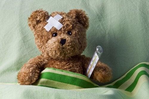 Teddybär mit Thermometer und Pflaster