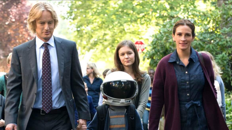 Filmszene: August wird von seinen Eltern und seiner Schwester zur Schule gebracht. Er trägt dabei einen Astronautenhelm.