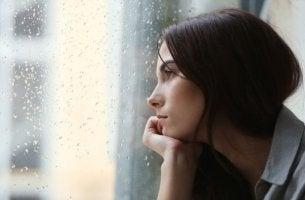Bipolare Störung - Frau schaut aus dem Fenster