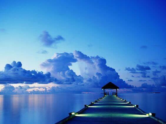 Blauer See mit Steg