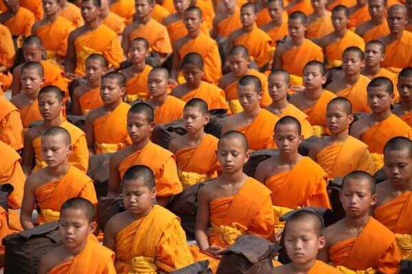 Junge buddhistische Mönche beten