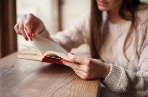 Bücher gegen Liebeskummer - Eine Frau mit roten Nägeln liest ein Buch.