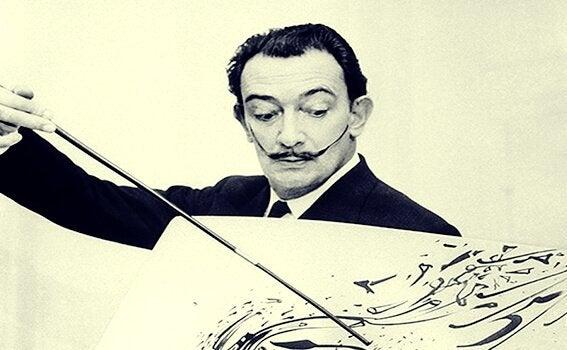 Foto von Dalí, der ein Bild malt