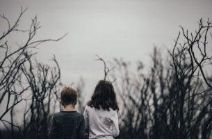 Depression bei Kindern - zwei traurige Kinder