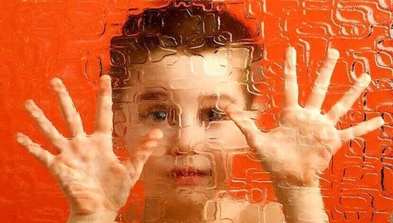 Die zweite der Entwicklungsphasen nach Erikson - Kind hinter Glas