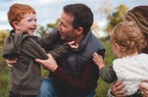 Co-Parenting - Ein Elternpaar mit zwei kleinen Kindern; einem Jungen und einem Mädchen.